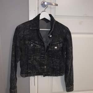 Jeansjacka från H&m använd max 10 gånger i väldigt fina skick, den är croppad o sitter fint