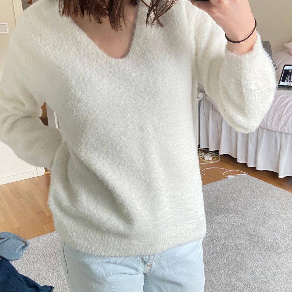 Säljer denna super mysiga och snygga tröjan från HM! I oversize fit som gör den extra mysig, i super bra skick och är inte alls stickig. Kan skicka fler bilder vid förfrågning 🤍🤍. Stickat.