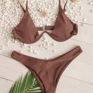 Säljer denna jättefina bikini från shein. I verkligheten är den lite mer lila än på bild. Toppen var lite för liten för mig och trosorna lite för stora
