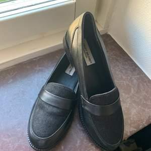 Super snygga och eleganta loafers i skinn aldrig använda.          Frakt fritt  🚚