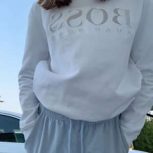 Det är en vit Hugo boss hoodie i fint skick nästan aldrig använd. Köptes för 900kr men säljer för 450. Funkar till nästan alla klädesplagg och är väldigt snygg.