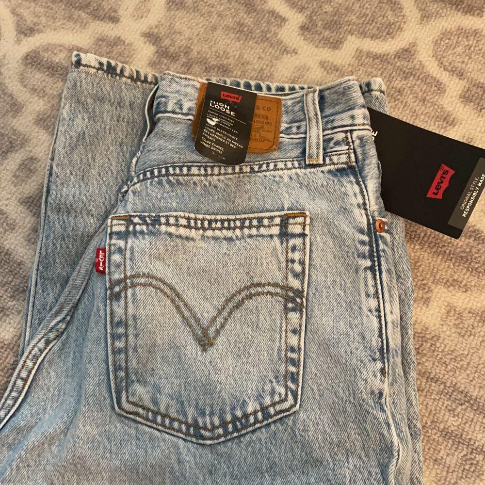 Nya levis jeans, säljer pga ångrade mig. De kostar 1245k:- men säljer för 1000:- ändats provade. Jeans & Byxor.