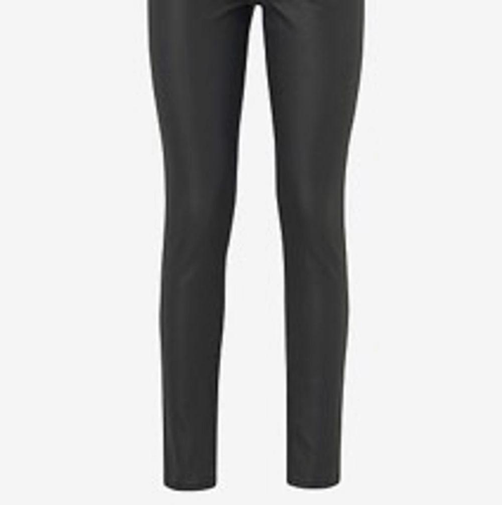 Aldrig använt då dom är i fel storlek, lågmidjade från nakd. Just dom har byxorna är slutsålda pga att jag köpte dom i slutet av hösten , originalpris var 400 😍. Jeans & Byxor.