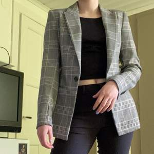 Fin Blazer från H&M i storlek 34. Passar en XS och S. Riktiga fickor, slits i ryggen och knappar på armarna. En rejäl blazer som endast är använd 1 gång. 🤪💕😍