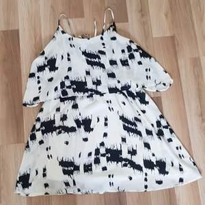 Söt klänning nu till sommaren! Använd max 1 gång o säljer då den inte är min stil💗 Är i ett toppen skick och köparen står för frakten!