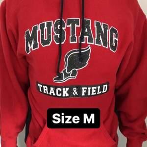 Säljer den här snygga vintage college hoodien i size M. Snygg oversized fit, och i fint skick med endast daglig användning. Röd med svart/vitt tryck. Vid eventuella frågor, kontakta oss privat!