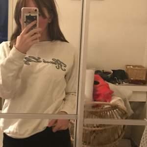 En väldigt söt sweatshirt i preppy stil från märket Henri Lloyd:)