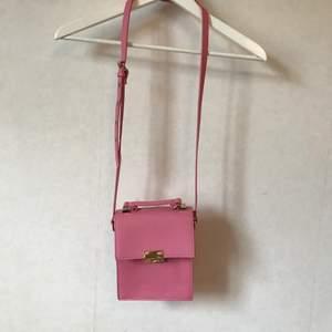 Rosa väska från NA-KD i en härligt pigg rosa! Två fack inuti och helt nyskick. Justerbart band.  Kan mötas i Stockholm eller skicka mot fraktkostnad! ✨🌸✨
