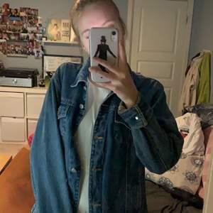 En otroligt fin jeansjacka som säljs då jag inte är så förtjust i jeansjackor längre. Den är i nyskick och kommer från Linnea collection