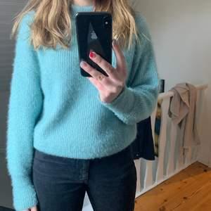 Säljer denna stickade tröja från Gina tricot i en väldigt fin färg och lite glitter som syns mer på tredje bilden :) om fler bilder önskas så är det bara att kontakta mig, !köparen står för frakten!