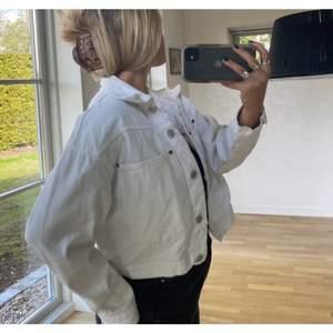 Jättefin vit jeansjacka, passar perfekt till sommaren. Strl S från Zara