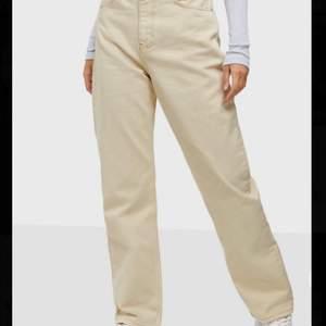 Säljer dessa skitsnygga jeans! Skönaste jeansen jag haft på mig, men säljes pga alldeles för stora. Lapparna sitter kvar! Det är storlek 34 men skulle säga att den egentligen är 36/38!💕💕  nypris 599kr!