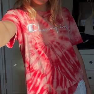 Vintage champion tshirt som jag blekt lite. I gott skick och sjukt cool! Stor i storleken, jag har vanligtvis S och denna sitter oversize på mig☺️