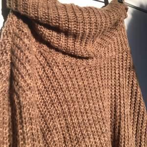 Supermysig stickad klänning i en varm brun färg. Storkel M men skulle säga att den passar S-XL, beroende på önskad passform!