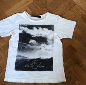 Basic T-shirt med fint tryck, använd en gång🥰
