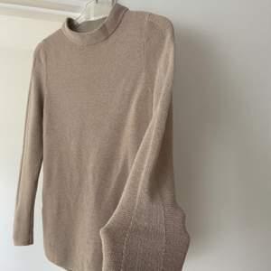 Fin beige/ sandfärgad tröja från JASCHA i cashmere och merinos extrafine. I topp skick
