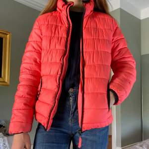 Superfin rosa jacka som tyvärr inte kommer till användning, storlek 152 men skulle verkligen säga att den sitter som en XS:)