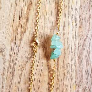 Halsband med kedja och kristaller avgrön aventurin. Halsbandet är ca 19 cm långt och går att justera om man vill att det ska sitta lite tajtare.   Kedja och detaljer går att få i färgerna: silver, guld och rose.   Skickas i vadderat kuvert via postnord.