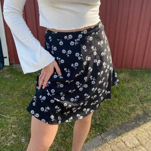 Gullig kjol till sommaren! Knappt använd! Frakt ingår i priset💗