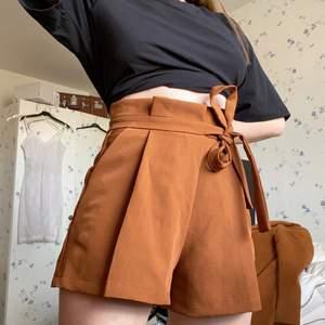 Bruna paperbag shorts, köpta i Frankrike, kommer inte ihåg affär. Står att märket heter Talent. Frakt ingår!