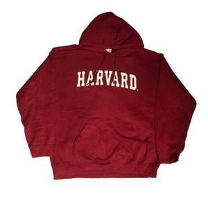 En av de mest eftertraktade college hoodies som finns. Med det coola märket och stora prestige Harvard hoodies är det bästa av det bästa när det gäller college hoodies. Köpt på Ross i usa. Om du har några frågor gällande plagget eller priset kontakta oss!