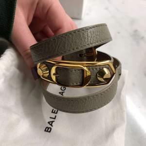 Säljer ett så fint grått balenciaga armband med guld detaljer! Går att spänna så passar alla storlekar. Knappt använt så i nyskick, säljer då det inte kommer till användning.💕 Box, dustbag och äktetsbevis medföljer!