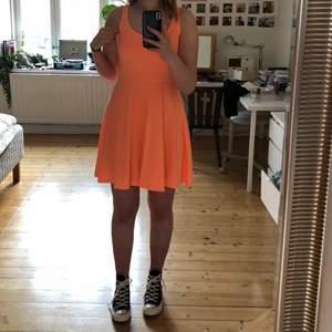 Supersöt orangerosa nästan neonfärgad miniklänning! 💘💕🧚🏼♀️🪐🦋 Smått genomskinlig så man får vara försiktig med mörka underkläder.