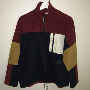 Skit cool fleece tröja! Den är i väldigt bra s kick och har bara använts ett få antal gånger. Väldigt stor och mysig (ganska stor i storleken) :)