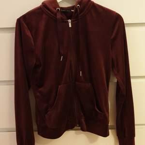 En cecilia velour hoodie ifrån gina tricot i en mörkröd färg. Inte så ofta använd
