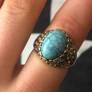Säljer denna ringen med blå sten i, använd ett par gånger och säljs pågrund av att den inte kommer till användning mer. Köparen står för frakten, kolla gärna in andra annonser!!