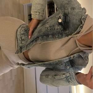 &Denim jeans jacka!✨  Storlek 38 🦋 Tvättad en gång och sen dess oanvänd. Köpt för 450kr  Ni står för frakten men kan absolut kombineras med priset på plagget. #denim #jeans #jacka #jeansjacka