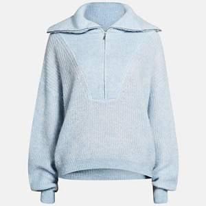 En så fin och varm stickad tröja från Bikbok🥺 Tyvärr kommer den inte till användning längre. I fint skick, dock lite kortare än på bilden!
