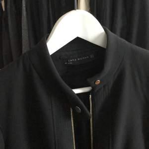 En AS snygg svart kappa från Zara i storlek XS. Älskar den men den är för liten för mig nu:( Använd men i jättefint skick. Tjockt ordentligt tyg. Stora fickor! Frakt tillkommer om den ska skickas!