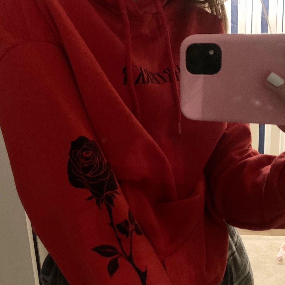 Röd hoodie i strl S, UNISEX ❤️ köpt i december och endast använd 1 gng . Huvtröjor & Träningströjor.