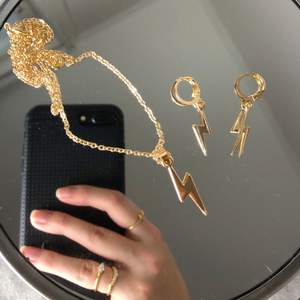 Finaste setet med trendiga blixtmotivet!! Helt oanvänt, örhängen och halsband köps endast tillsammans som ett set (99kr/set)💕 köparen står för frakt (+24kr) obs! Inte äkta guld.
