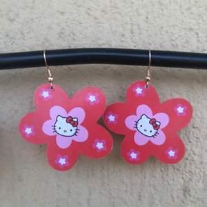 Rosaröda Hello kitty örhängen💖 egencraftade! Flera val av motiv finns på bild 2, samt flera alternativ av färg o motiv på mina andra annonser så checka dom! 29kr inklusive frakt!💖PUSS O KRAM💖