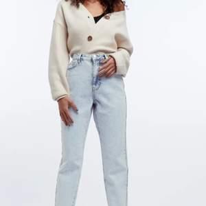 Säljer dessa mom jeans i modellen Dagny petite Jeans från Gina Tricot. Nypris 499 men säljer för endast 100 kronor. De är i jätte bra skick men och jätte snygga men säljer för att de inte kommer till användning 💕