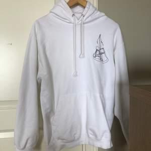 Vit hoodie från UF-företaget Womanhood UF! Säljer då den är för liten. Storlek M men passar även S och XS, då blir den snyggt oversized. Frakt ingår 📦