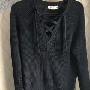 Superfin stickad mörkblå tröja med snörning där fram vid brösten, ifrån H&M i strl S 💖 passar även som XS-M. Fint skick, använd några gånger! 🌸