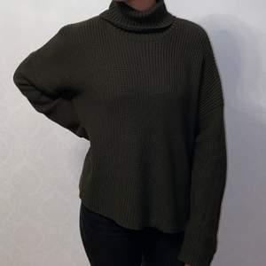 Grön stickad tröja från Monki med polokrage och slit vid sidan. Strl S. Använd en gång men mycket bra skick.
