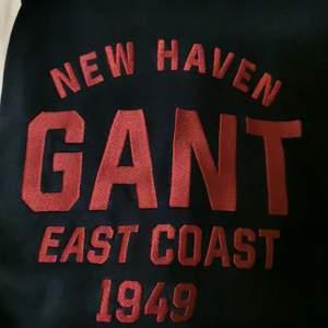 Gant hoodie i färgen navy. Använd ca 3 ggr, nyskick.