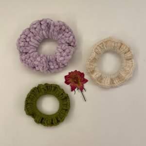 Har virkat tre scrunchies i olika färger och garn!💕.                   1 scrunchie=35 kr.                                                                        2 scrunchies=60 kr.                                                                         3 scrunchies=85 kr.