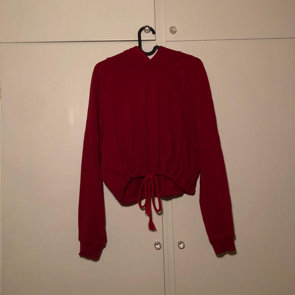 Snygg och mysig croptop-hoodie med luva, går at stänga med snöre. Knappt använd, bra skick. 🥰 (frakt inräknat i priset!!!). Tröjor & Koftor.