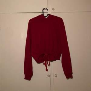 Snygg och mysig croptop-hoodie med luva, går at stänga med snöre. Knappt använd, bra skick. 🥰 (frakt inräknat i priset!!!)