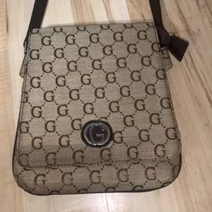 En Gucciliknade väska som jag köpte för ett tag sedan. Det står att den heter Goldbag. Väldigt bra skick,ljusterbart snöre