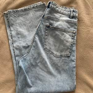 Högmidjade jeans från Lindex säljes pga för stor storlek för mig just nu. Jag är 154 lång och byxorna sitter jättebra på mig i midjan men även i längden. Passar perfekt till sneakers men även ett år klackar. Använt ett fåtal gånger 👖🦋 byxorna är storlek 40 men passar även 38