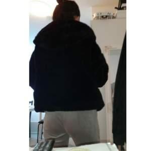 Storlek medium, färgen är svart, jackan är använd ett par gånger bara💕