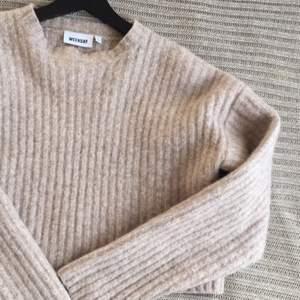 """En stickad sweater från WEEKDAY i storlek S. Modellen heter """"Oda Sweater"""" och materialet på 70 % ull och 30% polyamid. Använd fåtal gånger. Kvaliten är mycket bra!"""