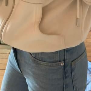 Ett par utsvängda jeans som sitter tajt där uppe men är som sagt utsvängda/raka i benen! Jätte bra skick, säljs bara för att dem inte andvänds längre. Den sista bilden är från en gång när jag bar dem💗💗 Strechiga är dem oxå! Pris kan diskuteras💗