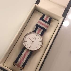 roseguld 36mm, finns 2 band, rosa, blå/lila, köpt för 1399 + 249 för klockarmband, relativt bra skick några repor finns men inget märkvärdigt, pris går att diskuteras köpare står för frakt